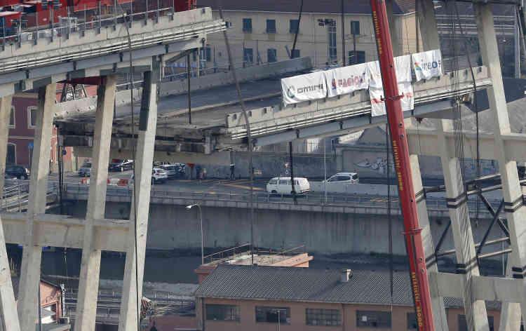 Le chantier est délicat car le pont, situé en zone urbaine, chevauche des habitations etune voie ferrée.