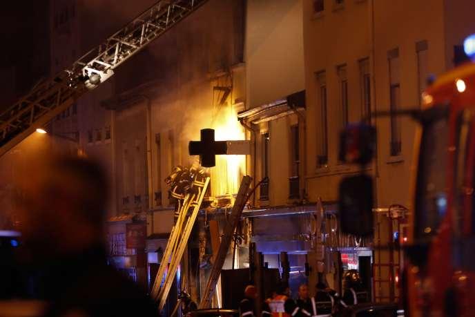 L'intervention des pompiers a permis de maîtriser le feu qui s'est déclaré après une explosion dans une boulangerie de Lyon, faisant deux morts dont un enfant, samedi 9 février.