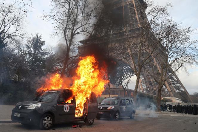 Une voiture de l'opération Sentinelle avait été incendiée par des manifestants près de la tour Eiffel, le 9février.