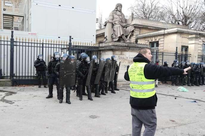 Tensions devant l'Assemblée nationale, lors de la mobilisation des « gilets jaunes» à Paris, le 9 février.