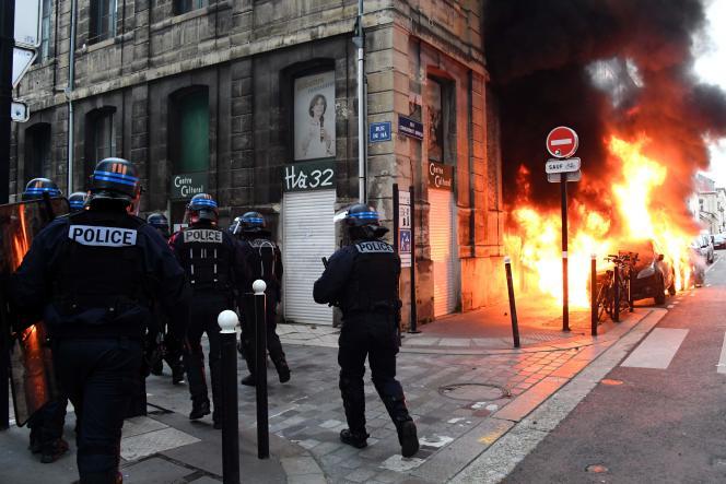 Incendie d'une voiture en marge du défilé des « gilets jaunes» à Bordeaux, le 9 février 2019.