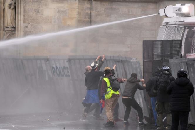 La police fait usage d'un canon à eau pour disperser les manifestants à Bordeaux, le 9 février 2019.