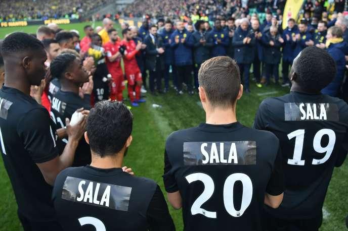Les joueurs et le staff de Nantes portaient un maillot au nom d'Emiliano Sala, contre Nîmes le 10 février.