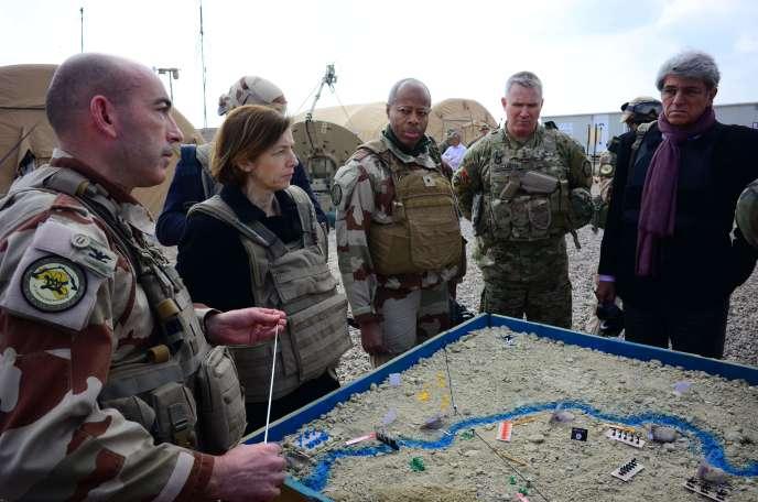 Le colonel François-Régis Legrier (à gauche) avec la ministre de la défense, Florence Parly (au centre), le général français Jean-Marc Vigilant, le général américain Paul La-camera et l'ambassadeur français en Irak, Bruno Aubert, sur une base près d'Al-Qaim, en Irak, le 9 février.