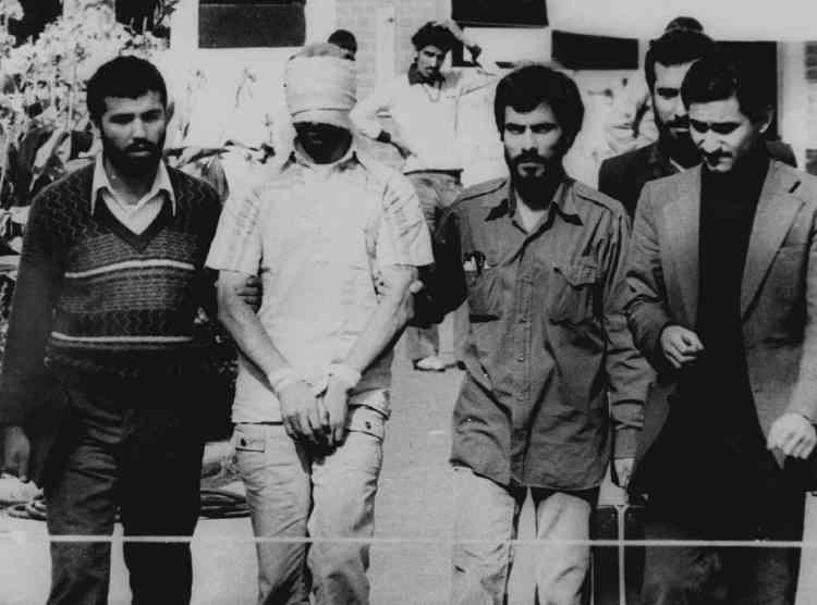Le 9 novembre 1979, des étudiants islamistes présentent à la foule de Téhéran l'un des 52 diplomates pris en otages à l'ambassade des Etats-Unis quatre jours plus tôt. Ils dénoncent l'hospitalisation de l'ex-chah aux Etats-Unis et demandent son retour en Iran. La prise d'otages durera 444 jours.