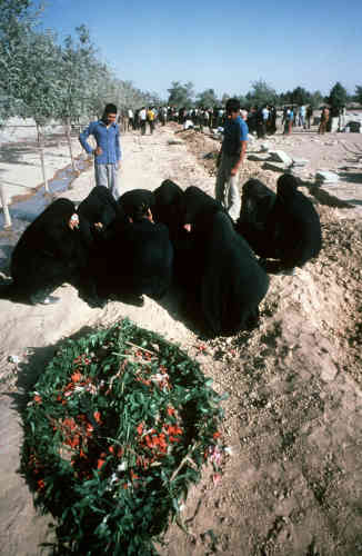 Les funérailles des victimes engagent un nouveau cycle de rassemblements et de répressions. Sur cette photo, datant du 9 septembre 1978, des femmes pleurent les victimes du «vendredi noir», la veille : un jour de manifestation qui a fait 180 morts officiellement – 2 000 selon l'opposition au chah, dont les dirigeants seront arrêtés.