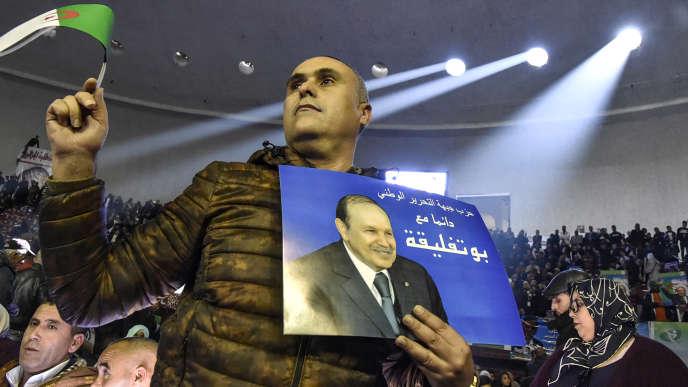 Un partisan du Front de libération nationale algérien soutenant le cinquième mandat du président Bouteflika, le 9 février lors d'un rassemblement du parti, à Alger.