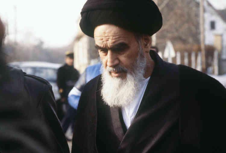 L'ayatollah Khomeiny, en exil à Neauphle-le-Château (Yvelines), sort de sa villa pour se rendre à la prière le 1er janvier 1979, quelques jours avant son retour en Iran.
