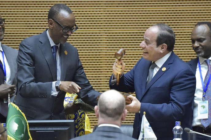 Le président sortant de l'Union africaine, le Rwandais Paul Kagame (à gauche), et le nouveau président de l'Union, l'Egyptien Abdel Fattah Al-Sissi, à Addis-Abeba, le 10 février 2019.