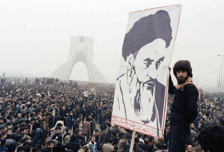 La chute du chah s'amorce quelques mois avant son départ du pays, en janvier 1979, avec la publication dans le quotidien «Etelat» d'un article de commande injurieux envers l'ayatollah Khomeiny. Des étudiants en théologie descendent dans les rues pour protester, mais les manifestations sont réprimées dans le sang.