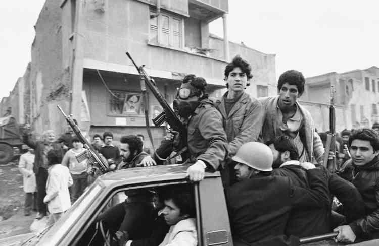Le 11 février 1979, la radio iranienne baptisée «Voix de la Révolution» annonce «la fin de 2 500 ans de despotisme». Cette photo, prise le lendemain, montre des manifestants près du siège officiel del'ayatollah Khomeiny à Téhéran.