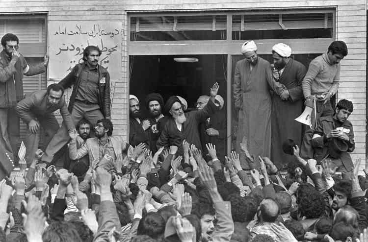 L'ayatollah Khomeiny salue la foule à Téhéran, le 1er février 1979.