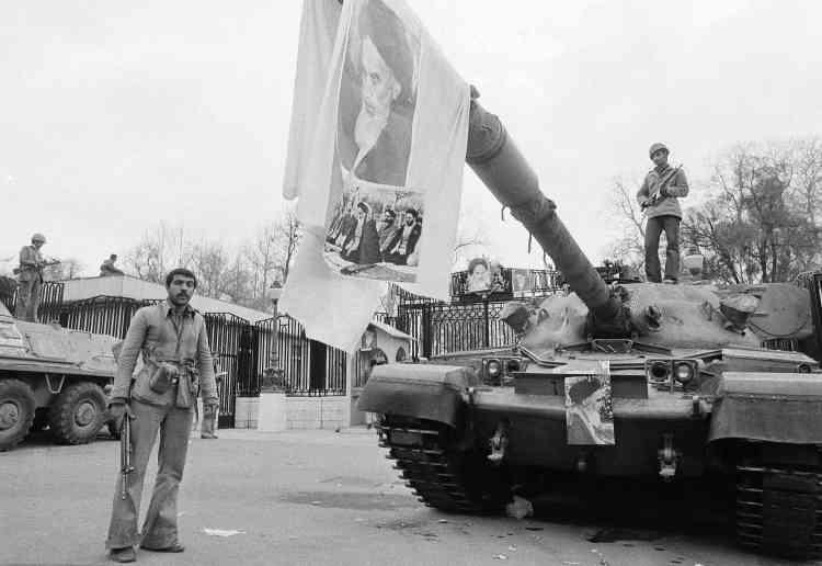 Une photo del'ayatollah Khomeiny est étendue sur un char d'assaut devant l'ancienne résidence du chah, le palais de Niavaran, à Téhéran.
