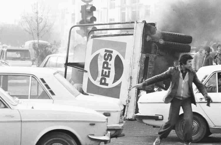 Un camion Pepsi brule durant une manifestation, le 27 décembre 1978.L'opposition au chah et à la corruption d'une partie de l'élite de Téhéran entraînent la création d'une coalition improbable, rassemblant à la fois des islamistes radicaux opposés au quiétisme du clergé traditionnel, des étudiants de gauche inspirés par les mouvements anticolonialistes à travers le monde, ainsi que des républicains, libéraux et laïcs.
