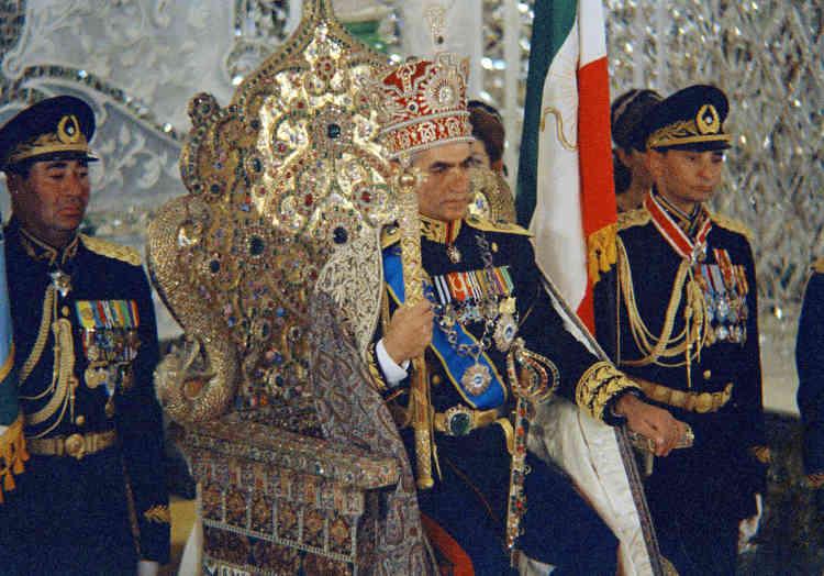Mohammad Reza Pahlavi (ici sur une photo de 1967) monte sur le trône le 16septembre 1941, à seulement 21 ans.Le jeune roi, éduqué en Suisse, n'aura de réelle autorité qu'après un coup d'Etat, orchestré par l'agence de renseignements américaine CIA, qui renverse en 1953 son populaire premier ministre, Mohamed Mossadegh, alors engagé dans un projet de nationalisation du pétrole iranien.Dopé par les pétrodollars, l'Iran du chah devient l'un des clients les plus importants de l'industrie de défense américaine et un rempart contre l'influence soviétique.
