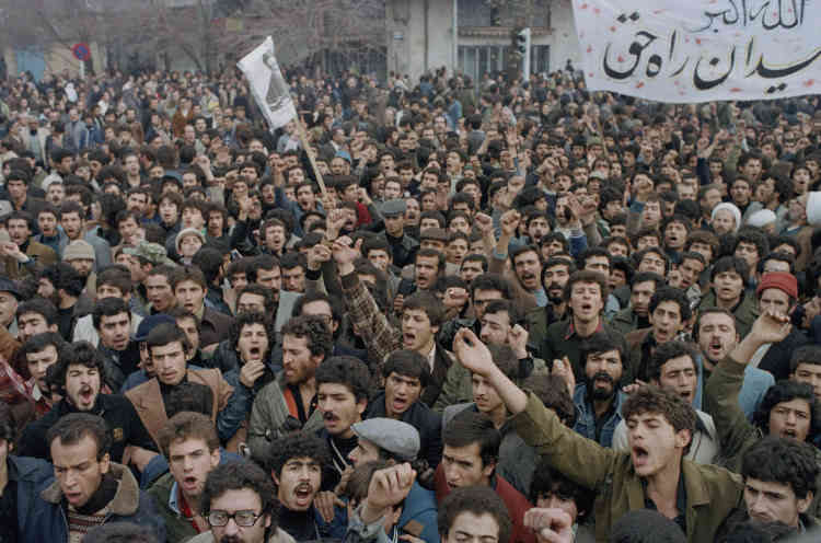 Les réformes sociétales de Mohammad Reza Pahlavi, inspirées par l'Occident, suscitent la colère du clergé, tandis que ses efforts pour consolider son pouvoir et sa brutale police secrète lui valent la réputation de tyran. Une manifestation à Téhéran, en octobre 1978.