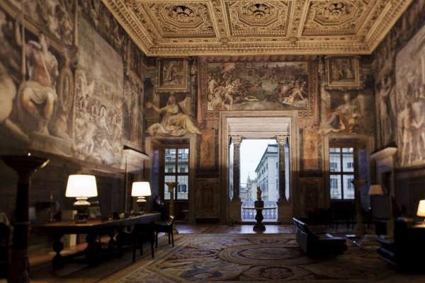 Au palais Farnèse, le salon des Fastes farnésiens,bureau de l'ambassadeur de France à Rome.