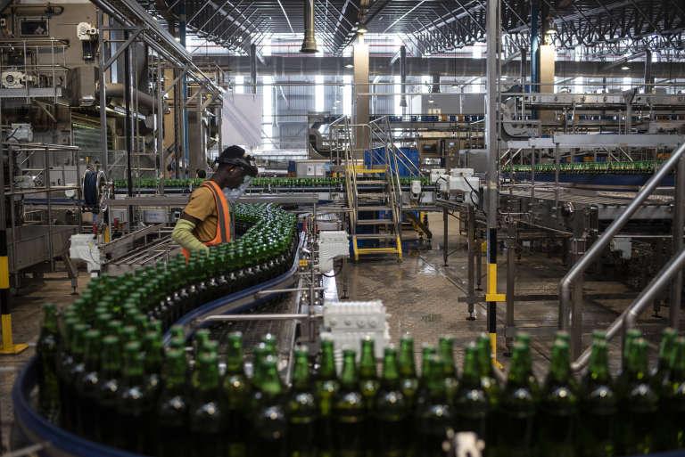 Dans l'usine du groupe belge AB InBev, située dans la périphérie de Lagos, au Nigeria, en novembre 2018.