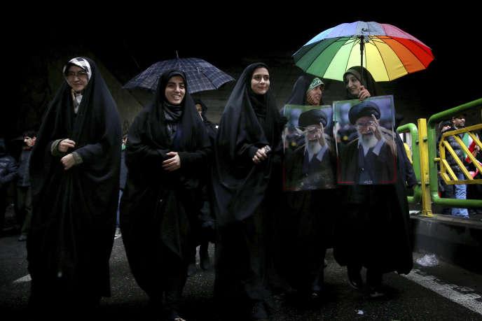 Des femmes iraniennes portent le portrait du Guide suprême, Ali Khamenei, alors qu'elles participent aux cérémonies d'anniversaire de la révolution à Téhéran, lundi 11févier.