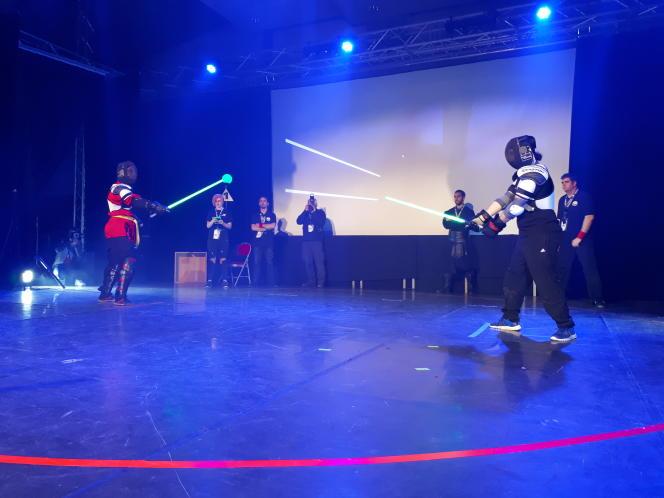 Au cœur de l'arène, Anthony Lococo (à gauche) et Maxime Fayt se font face lors de la finale du tournoi de sabre laser de Beaumont-sur-Oise.