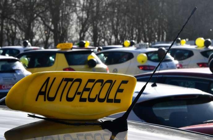 Manifestation des moniteurs d'auto-écolecontrel'«ubérisation» de leur métier et le dumping social, à Bordeaux, le 11 février.