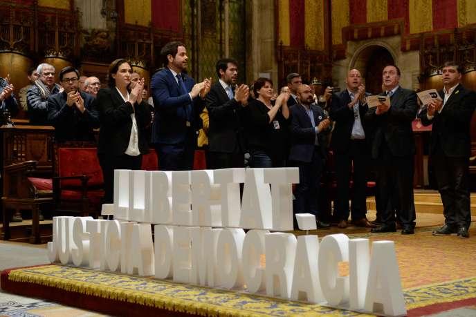 La maire de Barcelone, Ada Colau (à gauche), et des maires indépendantistes catalans, lors d'une manifestation à Barcelone, le 10 février. A côté d'eux, le slogan « Liberté, justice et démocratie ».