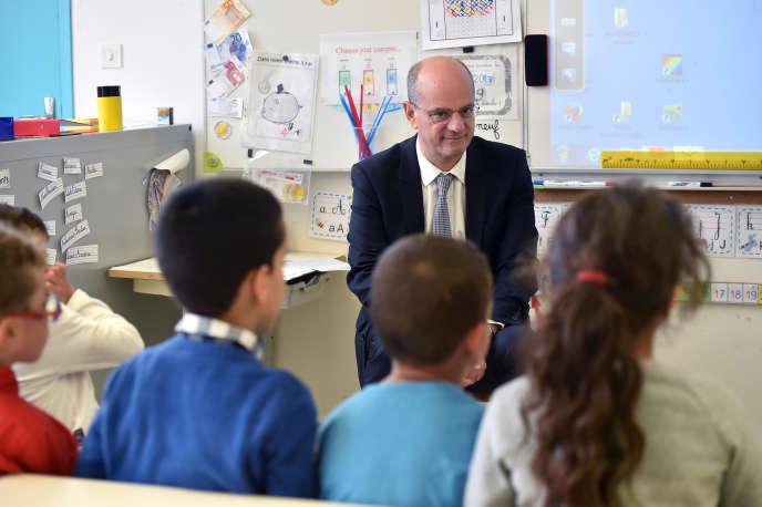Le ministre de l'éducation, Jean-Michel Blanquer, en visite dans une école élémentaire à Toulouse, en novembre 2017.