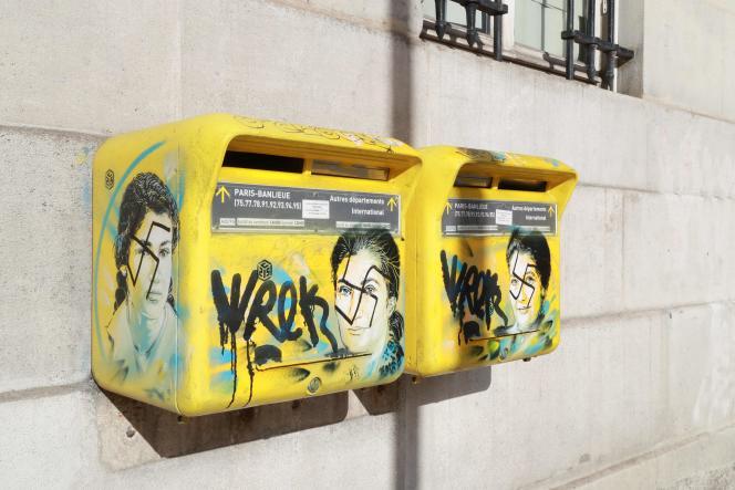 Deux portraits de Simone Veil, dessinés par l'artiste C215 sur deux boîtes auxlettres situées sur la façade de la mairie du 13earrondissement de Paris, recouverts de croix gammées, le 11 février.