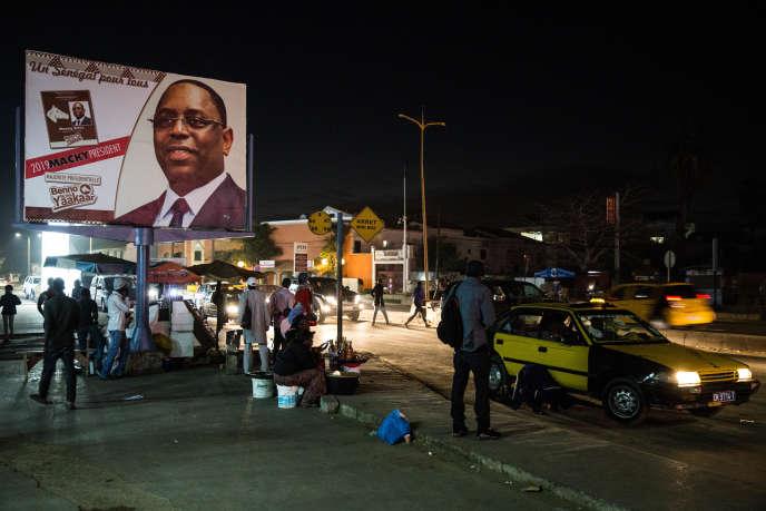 Une affiche de campagne du président sénégalais Macky Sall dans le quartier de Ngor, à Dakar, le 6 février 2019.