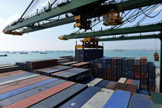 Chargement de containers sur un cargo français dans le port de Singapour, le 19 février 2018.