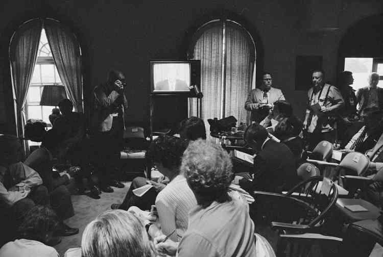 Des journalistes écoutent le président américain Jimmy Carter annoncer l'annulation de l'opération Eagle Claw, destinée à libérer les otages, le 25 avril 1980. Washington rompt ses relations diplomatiques avec Téhéran et impose un embargo commercial, dix mois avant la libération des derniers otages.