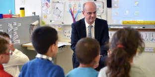 French Education Minister Jean-Michel Blanquer speaks with pupils during a visit to the elementary school Daniel Faucher 1 in Toulouse, southern France, on November 24, 2017. (Photo by REMY GABALDA / AFP)