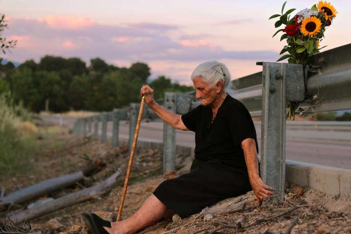 Maria Martin devant la fosse commune où sa mère fut jetée après avoir été assassinée, dans «Le Silence des autres», documentaire espagnol et américain d'Almudena Carracedo et Robert Bahar.