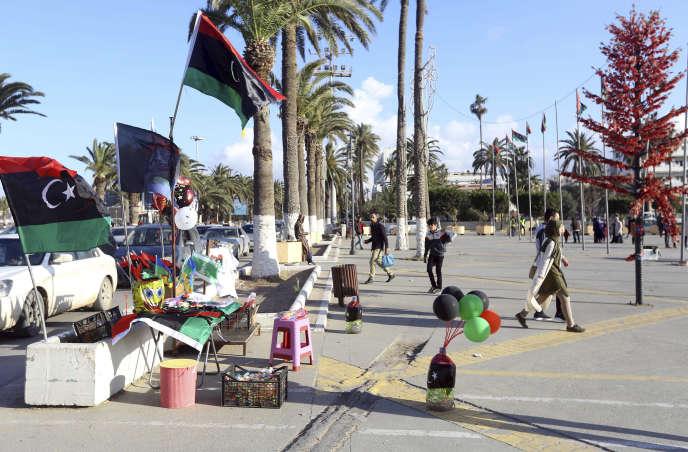Un étal proposant des drapeaux libyens à Tripoli, le 9février 2019, à l'approche du huitième anniversairede la révolution qui a renversé Mouammar Kadhafi.