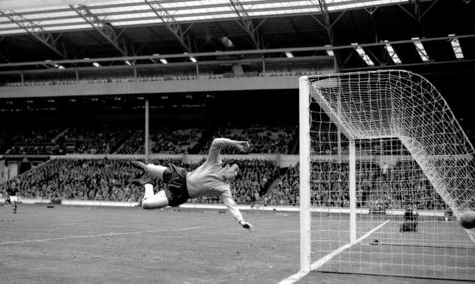 Gordon Banks, à Wembley, à Londres, le 5 mai 1965, lors d'un match entre l'Angleterre et la Hongrie.