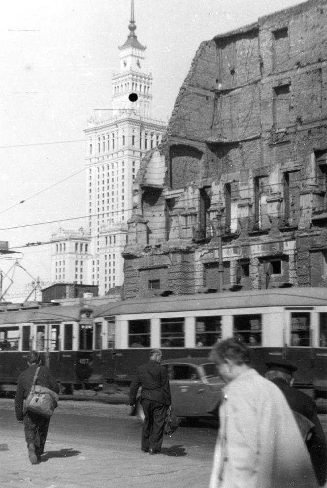 Le Palais de la culture et de la science de Varsovie, flambant neuf, derrière des ruines de guerre, en 1957.