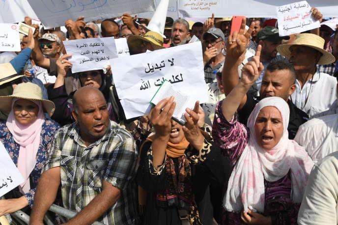 Des centaines de Tunisiens manifestent, entre autres, pour la dépénalisation de l'homosexualité et en faveur de l'égalité hommes-femmes devant l'héritage, le 18 août 2018, à Tunis.