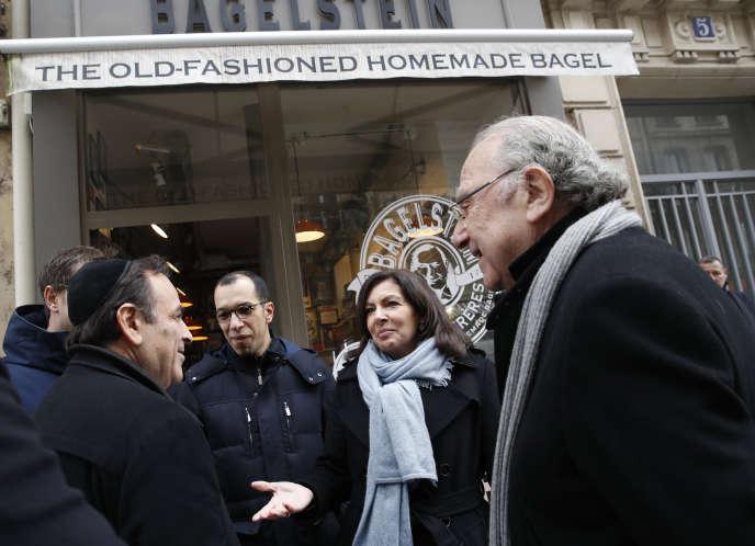 La maire de Paris, Anne Hidalgo, avecJoel Mergui, président du consistoire central israélite de France, etPierre Aidenbaum, maire du 3e arrondissement, devant l'établissement vandalisé le 12 février.