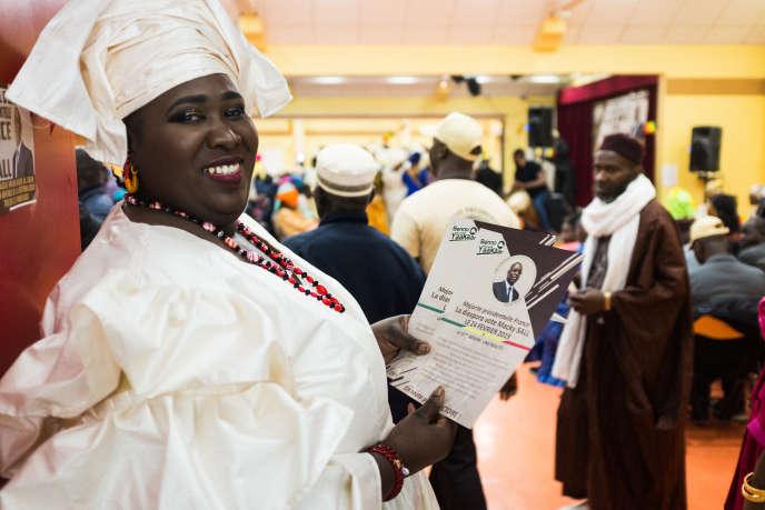 Une sympathisante de la majorité présidentielle distribue le programme de Macky Sall, lors du grand meeting d'ouverture de la campagne pour les Sénégalais de France, aux Mureaux, le 9 février 2019.