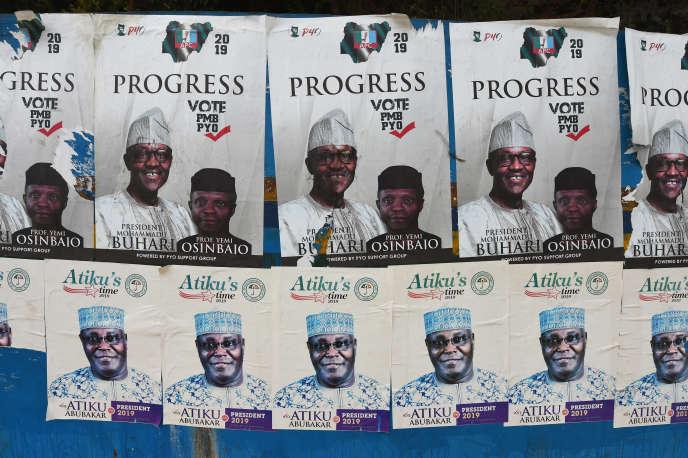 Des affiches de campagne des deux favoris du scrutin présidentiel au Nigeria,le chef de l'Etat sortant, Muhammadu Buhari, et Atiku Abubakar, à Lagos le 4janvier2019.