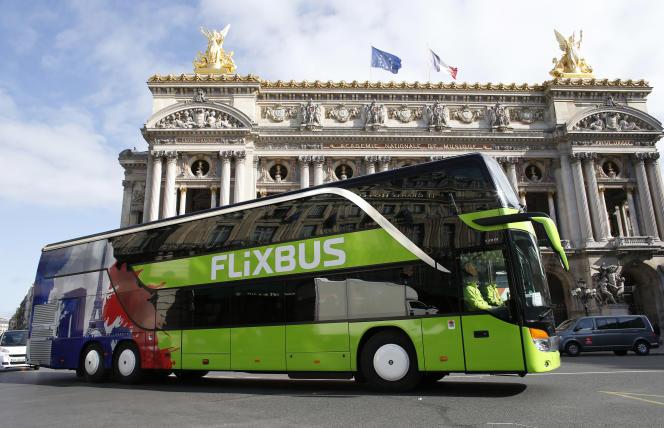 Un car FlixBus devant l'opéra Garnier, à Paris, le 19 mai 2015.