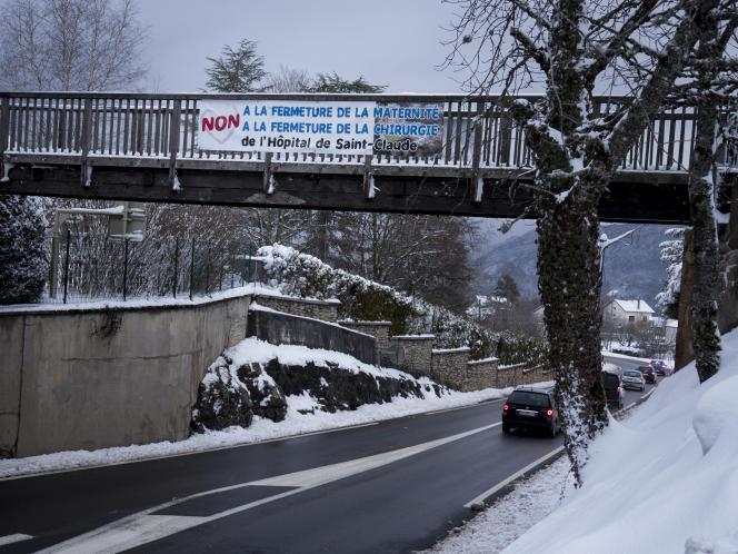 Sur la route entre le centre hospitalier de Saint-Claude et celui de Lons-le-Saunier (Jura), distants de 60km, le 30 janvier.
