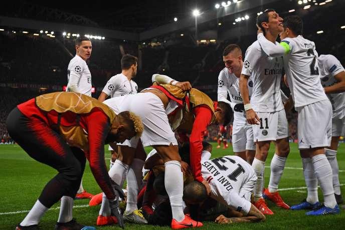 Presnel Kimpembe félicité par ses coéquipiers après l'ouverture du score pour le PSG, mardi 12 février, à Old Trafford.