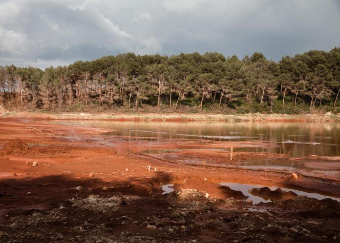 Des boues rouges, près de Bouc-Bel-Air (Bouches-du-Rhône).