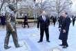 Le secrétaire d'Etat américain Mike Pompeo (au centre) devant une statue de Ronald Reagan, le 11 février à Budapest.
