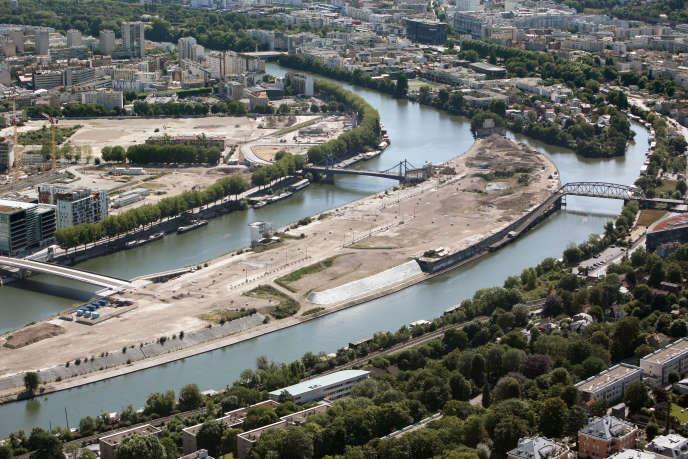 Vue aérienne de l'île Seguin à Boulogne-Billancourt (Hauts-de-Seine) en juillet 2009.