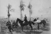 Bernhard Förster, à cheval, et quelques colons de Nueva Germania.