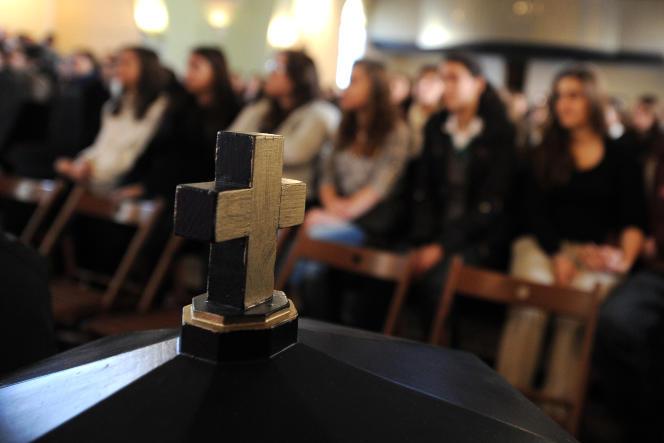 Messe pour les élèves de l'écoleSztehlo-Gabor de Budapest, financée par l'Etat et dirigée par l'égliselocaledepuis2012.
