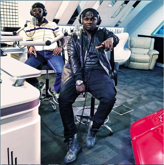 Le rappeur Khaligraph Jones (premier plan), dans les studios de la radio kényane NRG, avec le présentateur Andrew Kibe.