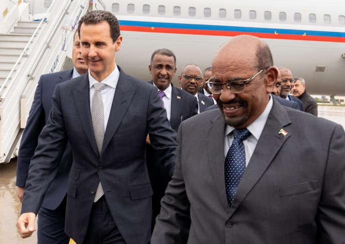 Bachar Al-Assad accueille le président soudanais, Omar Al-Bachir, à Damas, le 26 décembre 2018.